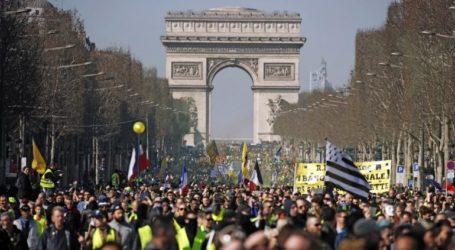 Ένα βήμα πίσω κάνει ο Μακρόν μπροστά στα κύματα των διαδηλωτών