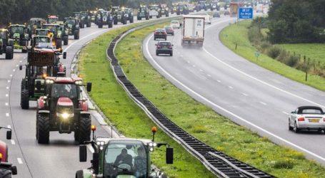Οι αγρότες κλείνουν τους δρόμους οργισμένοι για τους περιβαλλοντικούς κανονισμούς