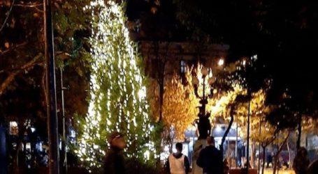 Άγνωστος προσπάθησε να κάψει το χριστουγεννιάτικο δέντρο στην πλατεία Εξαρχείων