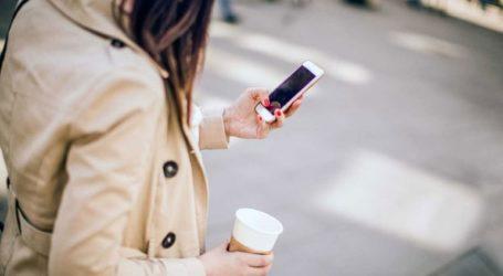Αναστάτωση προκαλεί η φήμη περί επιβολής προστίμων σε όσους μιλούν στο κινητό την ώρα που διασχίζουν τον δρόμο