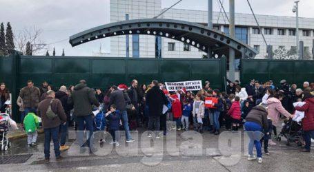 Διαμαρτυρία πολύτεκνων εκπαιδευτικών στο υπουργείο Παιδείας