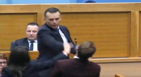 Υπουργός χαστούκισε βουλευτή μέσα στη Βουλή