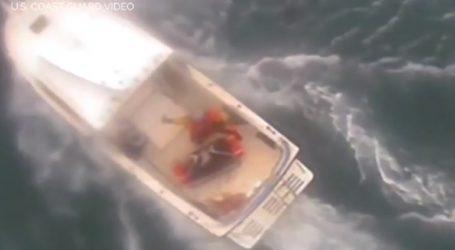 Η στιγμή της διάσωσης σέρφερ από τα σαγόνια του καρχαρία
