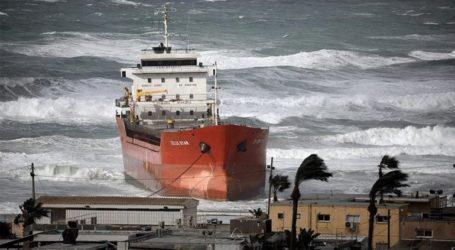 Ισχυροί άνεμοι παρέσυραν πλοίο σε παραλία