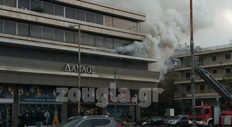 """Πυρκαγιά σε αποθηκευτικό χώρο πάνω από το σινεμά """"Δαναός"""" στη Μεσογείων"""