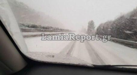 Χιονίζει στην εθνική οδό Αθηνών-Λαμίας
