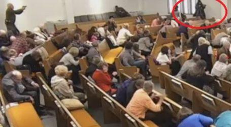 Η στιγμή που ο δράστης πυροβολεί εν ώρα λειτουργίας σε εκκλησία στο Τέξας