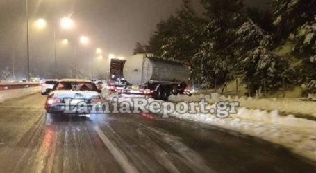 Νταλίκες δίπλωσαν από το χιόνι στη Μαλακάσα
