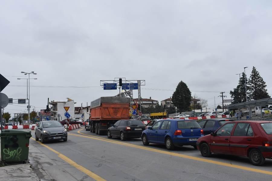 Απίστευτες ουρές αυτοκινήτων και μεγάλη ταλαιπωρία για οδηγούς στο νέο κόμβο της οδού Βόλου στη Λάρισα (φωτο)