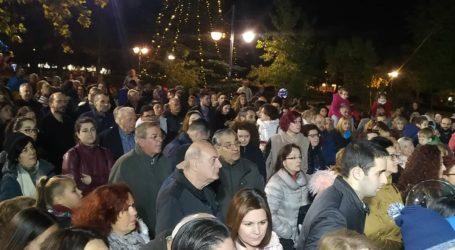 """""""Πλημμύρισε"""" από κόσμο η πλατεία Νεάπολης στη Λάρισα στο άναμμα του Χριστουγεννιάτικου Δέντρου (φωτο – βίντεο)"""