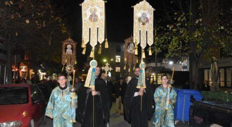 Πλήθος Λαρισαίων στην περιφορά του λειψάνου και της εικόνας του Αγίου Νικολάου (φωτο)