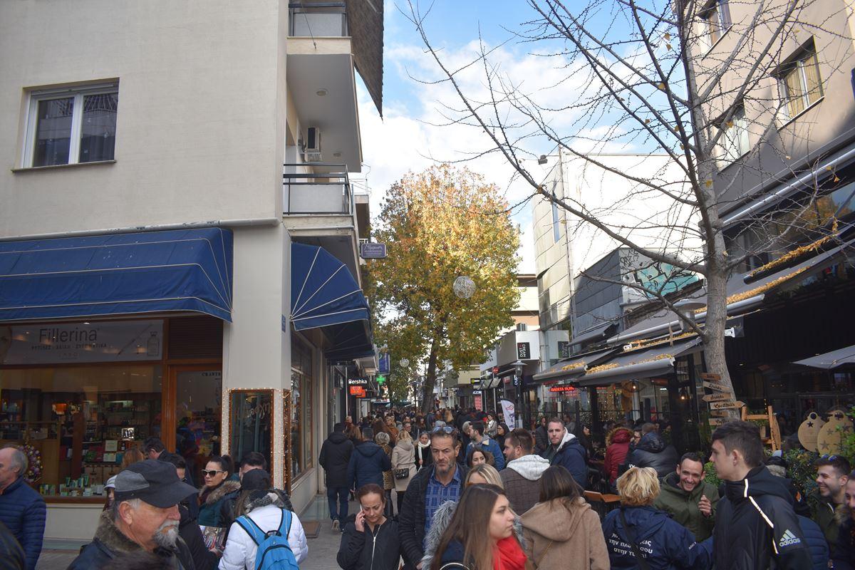 Πλήθος κόσμου στη αγορά της Λάρισας το μεσημέρι του Σαββάτου - Δείτε φωτογραφίες