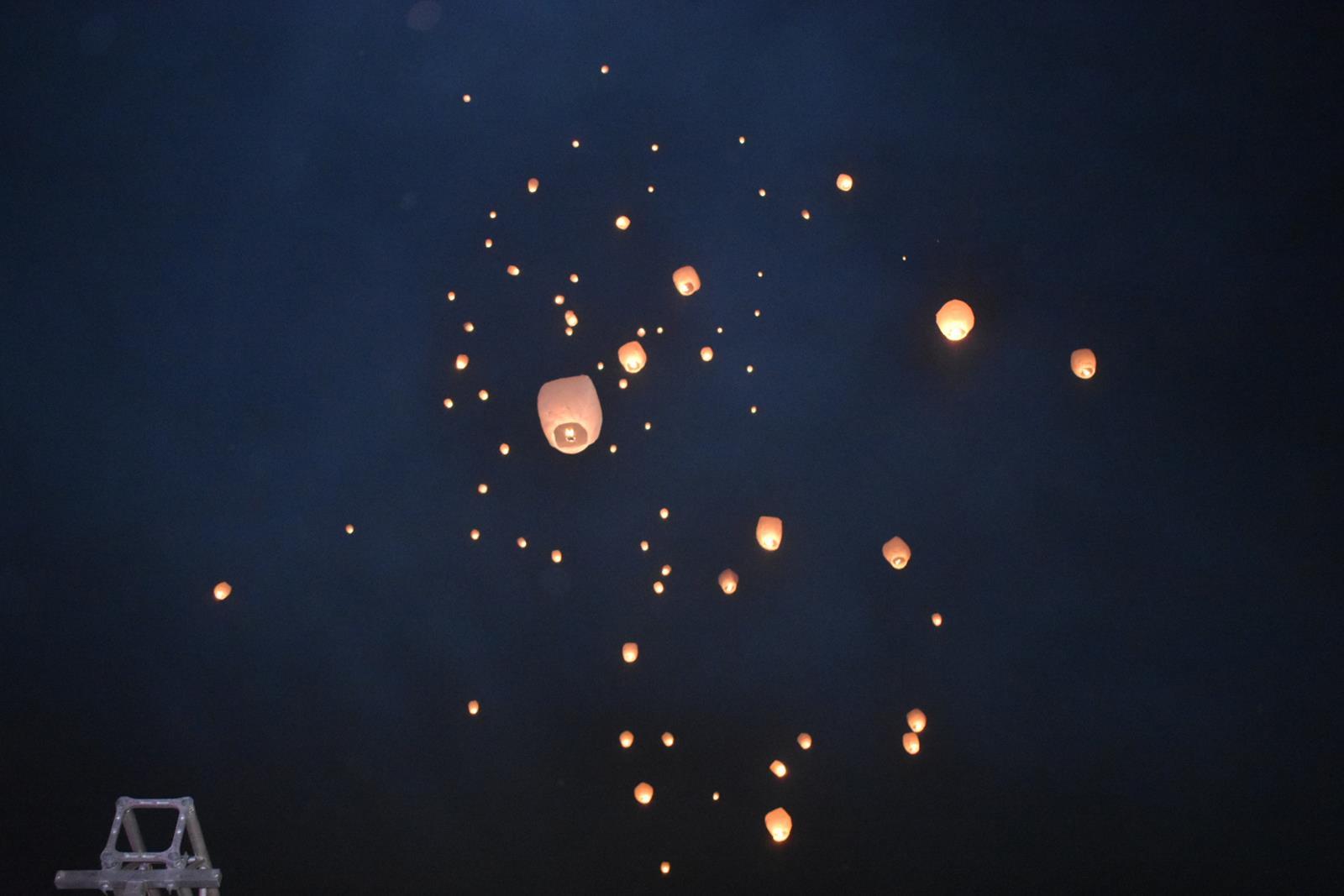 Μαγικές εικόνες στο Φρούριο: Γέμισε από φαναράκια ο ουρανός της Λάρισας (φωτό - video)