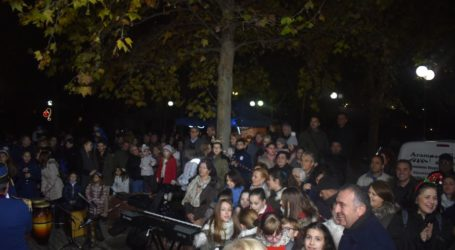 Φωταγωγήθηκε το Χριστουγεννιάτικο δέντρο στην πλατεία Αγίου Θωμά παρουσία πλήθους κόσμου (φωτο – βίντεο)