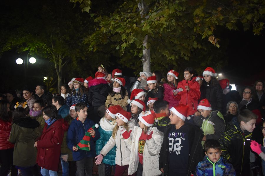 Φωταγωγήθηκε το Χριστουγεννιάτικο δέντρο στην πλατεία Αγίου Θωμά παρουσία πλήθους κόσμου (φωτο - βίντεο)