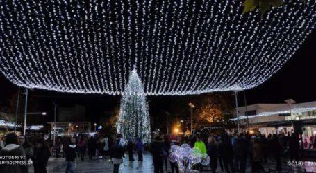 Φωταγωγήθηκε το χριστουγεννιάτικο δέντρο στον Αλμυρό