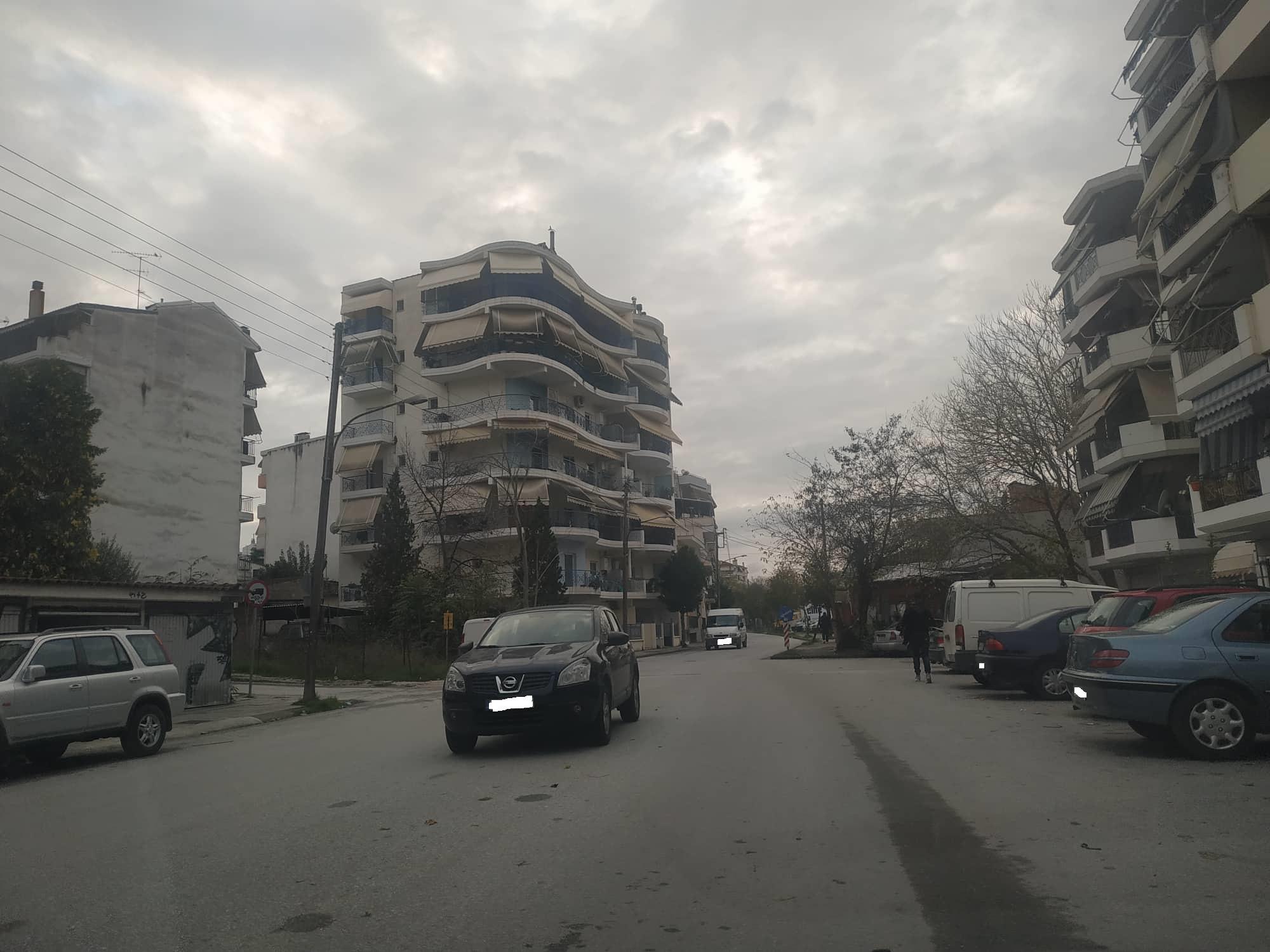 To πιο απίθανο παρκάρισμα έγινε στη Λάρισα… (φωτο)