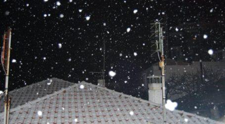 ΤΩΡΑ: Οι πρώτες νιφάδες χιονιού στην πόλη του Βόλου
