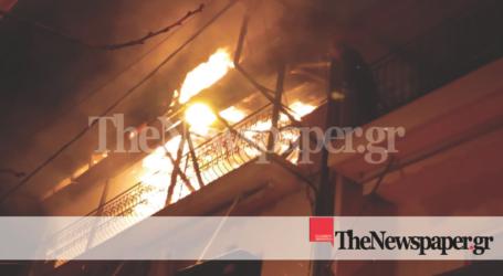 ΤΩΡΑ: Δείτε βίντεο και νέες εικόνες από τη μεγάλη φωτιά σε σπίτι στον Βόλο