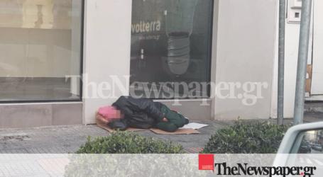 Βόλος: «Σπάει καρδιές» ο άστεγος που κοιμάται στο παγωμένο πεζοδρόμιο της Ιάσονος [εικόνες]