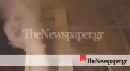 ΤΩΡΑ: Εγκλωβισμένη γυναίκα στο διαμέρισμα που τυλίχθηκε στις φλόγες στον Βόλο [βίντεο]