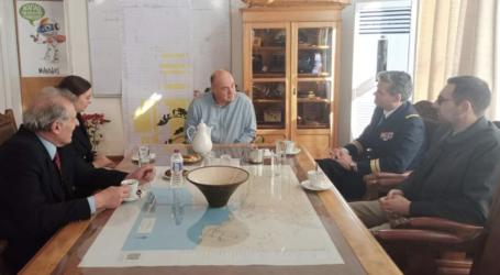 Δείτε βίντεο από τη συνάντηση Μπέου με τον πλοίαρχο του ελικοπτεροφόρου