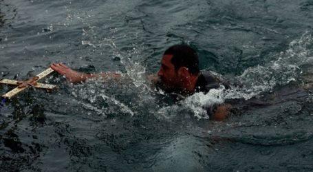 Με λαμπρότητα ο αγιασμός των υδάτων και η ρίψη του Σταυρού στον Πειραιά