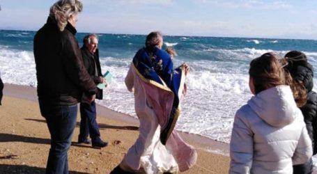 O μανιασμένος άνεμος λύγισε τον ιερέα στον αγιασμό των υδάτων