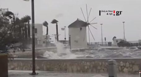 Πελώρια κύματα «κατάπιαν» ακτές της Παροικίας και της Νάουσας στην Πάρο