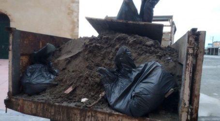 Δεκαπέντε τόνοι απορριμμάτων στο Ενετικό λιμάνι από την κακοκαιρία