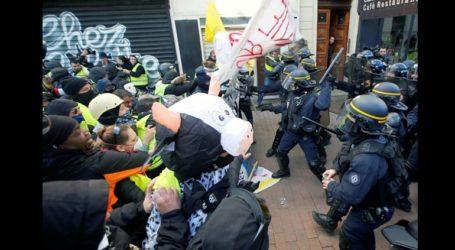 Ο Μακρόν στηλίτευσε τη συμπεριφορά των αστυνομικών προς τους διαδηλωτές