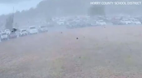 Ανεμοστρόβιλος σηκώνει αυτοκίνητα στον αέρα