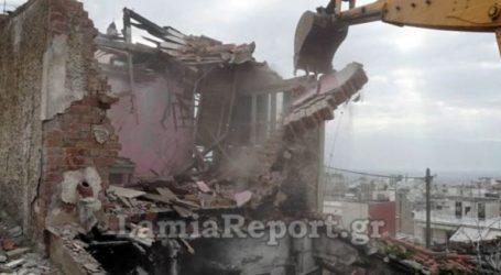 Κατεδαφίζονται ετοιμόρροπα κτίσματα που είχαν γίνει στέκια τοξικομανών