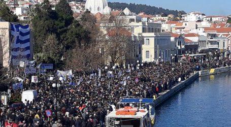 Με ελληνικές σημαίες η συγκέντρωση στη Λέσβο για το μεταναστευτικό