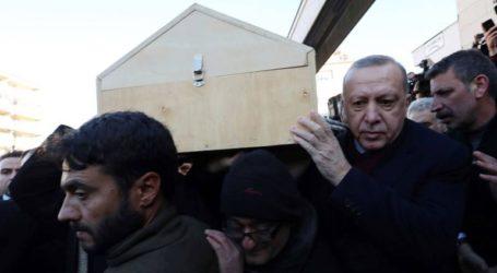Ο Ερντογάν παρέστη στην κηδεία μητέρας και γιου που σκοτώθηκαν από τον σεισμό