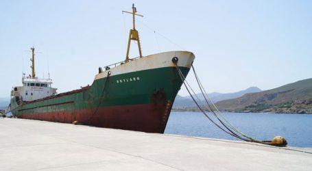 Απομακρύνεται από το λιμάνι Καβουσίου ακινητοποιημένο φορτηγό πλοίο