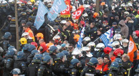 Συγκρούσεις αστυνομικών με πυροσβέστες που διαδήλωναν