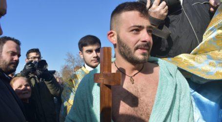 ΘΕΟΦΑΝΕΙΑ: 26χρονος Λαρισαίος έπιασε τον σταυρό στα παγωμένα νερά του Πηνειού (φωτο – βίντεο)