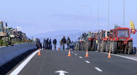 Στον κόμβο Αερινού οι αγρότες – «Ζεσταίνουν» τις μηχανές των τρακτέρ