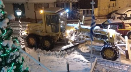 Ολονύκτια «μάχη» με το χιόνι στο Πήλιο για να μείνουν οι δρόμοι ανοιχτοί