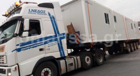 Αποκλειστικές φωτογραφίες: Φεύγουν φορτηγά με κοντέινερ για πρόσφυγες από το στρατόπεδο Μπουγά