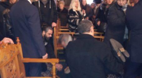ΤΩΡΑ: Κατέρρευσε ηλικιωμένος στην κηδεία του Θανάση Κοντονίνα [εικόνες]