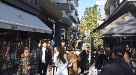 Με αρκετή κίνηση και σήμερα η αγορά και τα καφέ της Λάρισας – Δείτε φωτογραφίες
