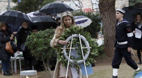 Στεφάνι κατέθεσε για την Κ.Ο της ΝΔ η Ζ.Μακρή στην εκδήλωση για τη μνήμη των θυμάτων του Ολοκαυτώματος