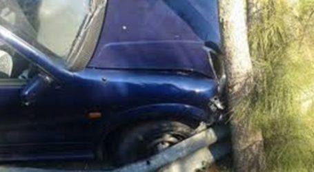 """Αυτοκίνητο """"καρφώθηκε"""" σε δέντρο στη Λάρισα"""