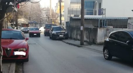 """Πεζοί πρέπει να γίνουν …ακροβάτες για να διασχίσουν """"εξαφανισμένα"""" πεζοδρόμια στη Λάρισα (φωτο)"""