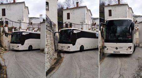 Πήλιο: Οδηγός ΚΤΕΛ περνάει με λεωφορείο μέσα από στενό με απίστευτη ακρίβεια [βίντεο]