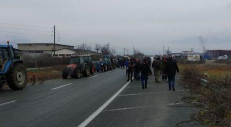 Παραμένουν στους δρόμους και κλείνουν την εθνική οδό σήμερα Πέμπτη, Τυρναβίτες αγρότες με τα τρακτέρ τους