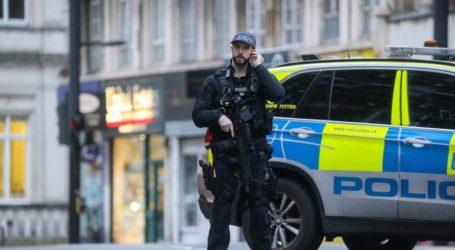 Οι αστυνομικοί στοχεύουν με τα όπλα τους νεκρό άντρα