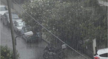 Άνοιξαν οι ουρανοί στην Αττική: Ισχυρή βροχόπτωση